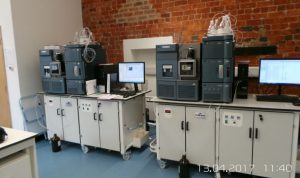 Lab benches with built-in nitrogen generator